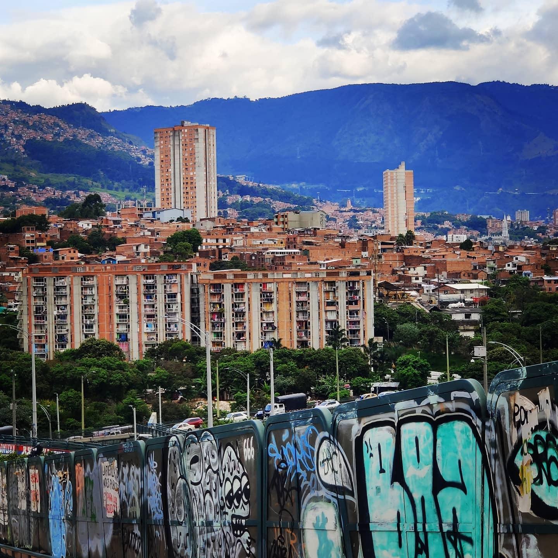 🔄Exploring the manor... #Medellín #ColombiaCallingTravel @ www.DigitalNomadAdventure.comArt, Video & Sounds @ www.Jupistar.com🇨🇴🇨🇴🇨🇴 #Peace #love & #adventures from #medellin #Colombia #travel #wanderlust #globetrotting #globetrekker #digitalnomad #digitalnomadlife #digitalnomads #nomadicfirstandforemost #creatingmemoories #belikeabutterfly #memories #vistas #journeys🛣️🚘🛣️ #streets #citylife #citystreeets #raw🖌️ #streetart #art #modernart #grafittiart #grafitti #artists